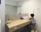 洗面所で手を洗う子供